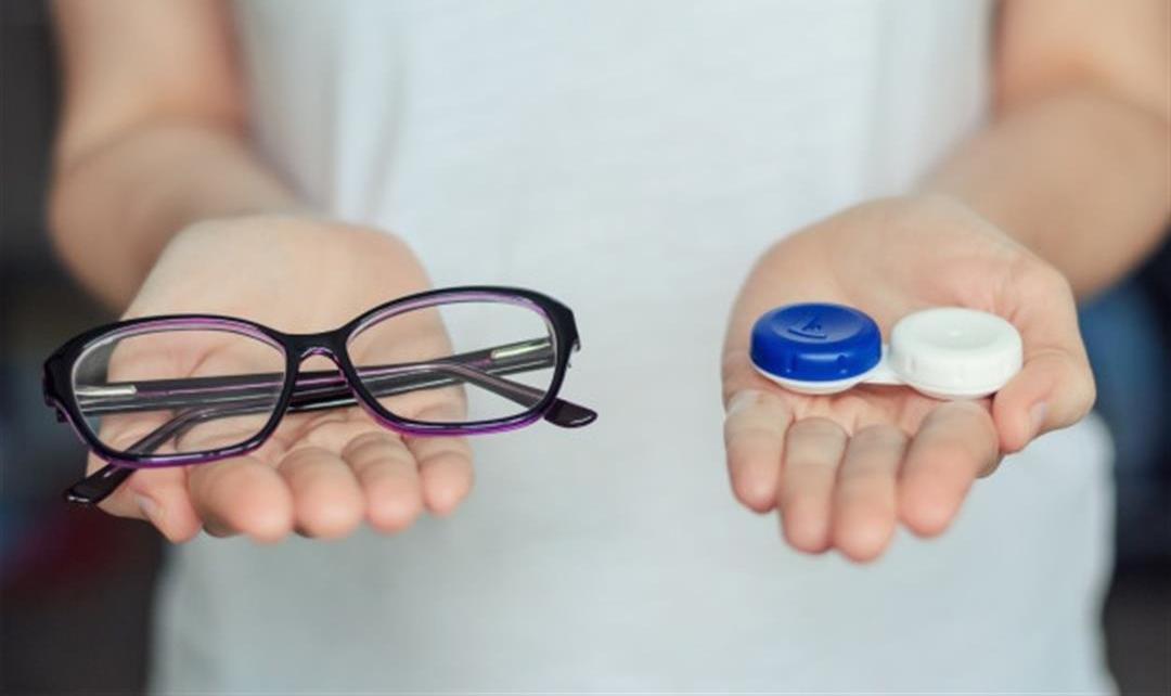 النظارات والعدسات اللاصقة